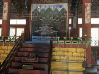 建物の前に木製のベンチの写真・画像素材[2078431]