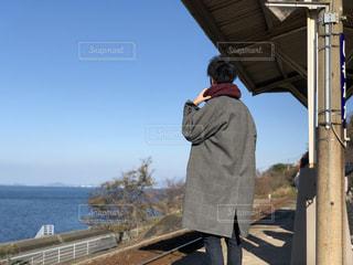 橋の上に立っている人の写真・画像素材[2170609]