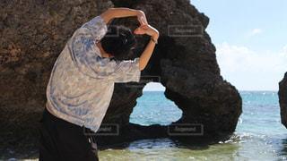 水域の隣に立っている男の写真・画像素材[2171701]