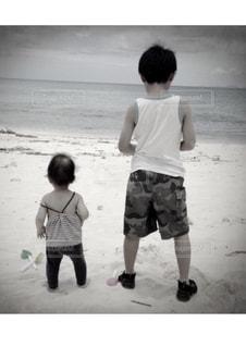 兄妹,海を眺めて,ビーチにて