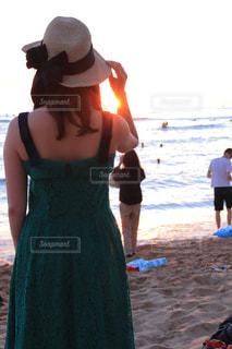 浜辺に座っている女性の写真・画像素材[2102610]
