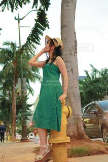 木の前に立っている女性の写真・画像素材[2102676]