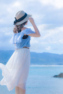 海,後ろ姿,人,夏服