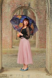 建物の前に立っているドレスの女の子の写真・画像素材[2180153]