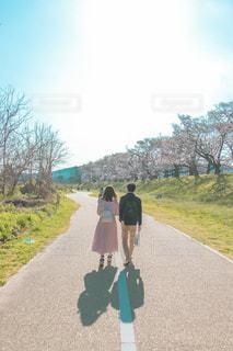 泥道を歩いている男の写真・画像素材[2264608]