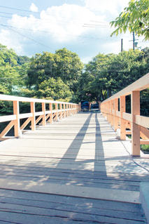 橋の近くの木製のベンチの写真・画像素材[2264609]