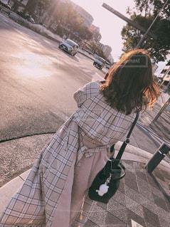 歩道に座っている人の写真・画像素材[2283194]