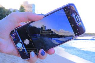 携帯電話を持つ手の写真・画像素材[2309304]