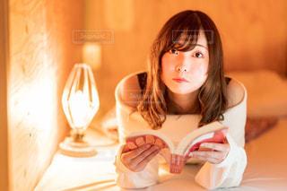 テーブルの上に座っている女性の写真・画像素材[2314819]