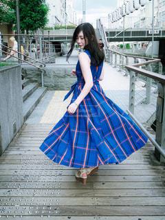 傘を持って歩道を歩く女性の写真・画像素材[2378380]