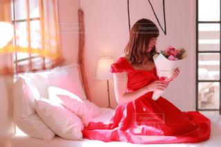 ピンクの部屋にいた少女の写真・画像素材[2378382]