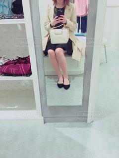 携帯電話を持っている人の写真・画像素材[2378384]