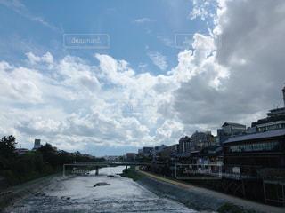 都市を背景にした大きな水域の写真・画像素材[2417079]