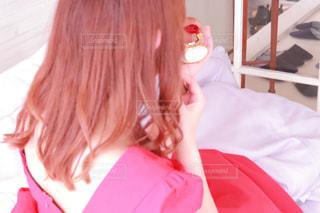 ベッドに座っている少女の写真・画像素材[2898222]
