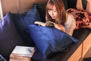 ベッドで本を読む人の写真・画像素材[2933832]