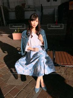 ベンチに座っている女性の写真・画像素材[3111457]