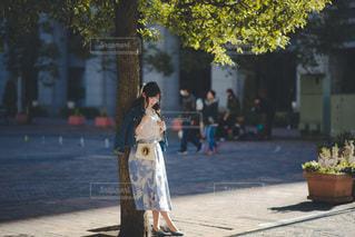 歩道に座っている人の写真・画像素材[3403396]
