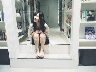 店の前に立っている女性の写真・画像素材[3437232]