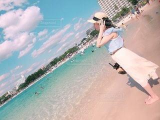 海岸を飛んでいる人の写真・画像素材[3437242]