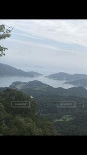 背景の山と水の体の表示の写真・画像素材[2079235]