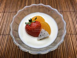 牛乳プリンとフルーツの写真・画像素材[3226758]