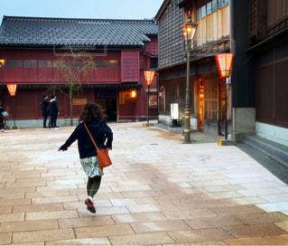 女性,後ろ姿,人物,背中,人,後姿,旅行,金沢,野外,愉快,茶屋街,はずむ