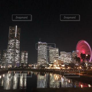 都市を背景にした水域に架かる橋の写真・画像素材[2276752]