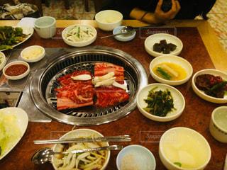 本場韓国の焼肉とナムルの写真・画像素材[2056152]