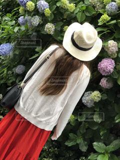 赤い花をかぶった女性の写真・画像素材[2188565]