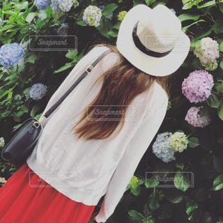 花を抱えている人の写真・画像素材[2188575]
