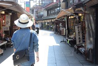 歩道に乗っている人々のグループの写真・画像素材[2260009]