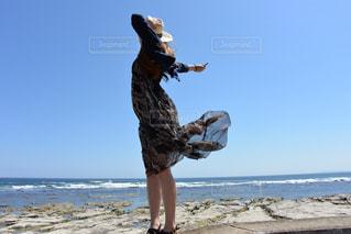 浜辺に立っている人の写真・画像素材[2328355]