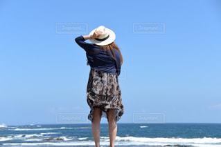浜辺に立っている人の写真・画像素材[2328357]
