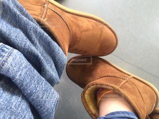 青い靴を履いた足のクローズアップの写真・画像素材[2414895]