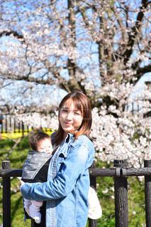 女性,子ども,家族,2人,20代,風景,公園,花,春,桜,屋外,女の子,少女,満開,樹木,人,笑顔,幼児,日中