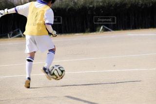 スポーツ,屋外,後ろ姿,人物,ボール,人,後姿,サッカー,日中,履物