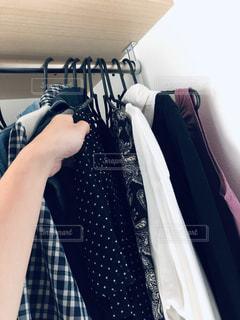 ファッション,春,夏,屋内,ワンピース,室内,手,日常,洋服,ハンガー,人,服,たくさん,生活,ライフスタイル,収納,ラック,クローゼット,片付け,着替え,衣替え,整理整頓,春服,ウォークインクローゼット,かける,取り出す,ウォークイン,仕舞う