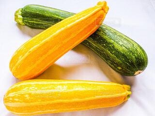 食べ物,夏,屋内,緑,黄色,オレンジ,野菜,食品,みどり,食材,ズッキーニ,夏野菜,フレッシュ,ベジタブル,白バック,物
