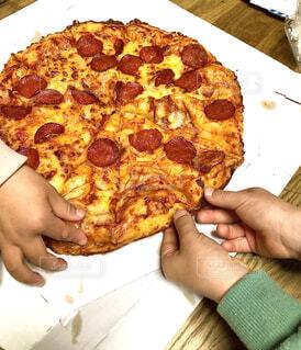 子ども,食べ物,飲み物,室内,手,子供,家,人物,人,サラミ,チーズ,洋食,ダイニング,肉,料理,おいしい,パーティー,イタリアン,出前,子供たち,PIZZA,宅配,テイクアウト,自宅,ファストフード,ピザ,デリバリー,お持ち帰り,取り合い,おうち時間,ステイホーム