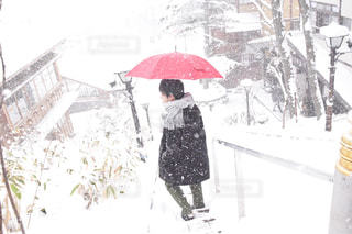 傘,雪,階段,赤,後ろ姿,マフラー,男子,野外,インスタ映え