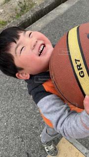 男の子とボールの写真・画像素材[2326973]