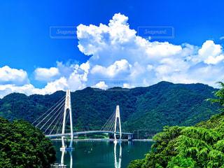 山を背景にした水域に架かる橋の写真・画像素材[2328484]