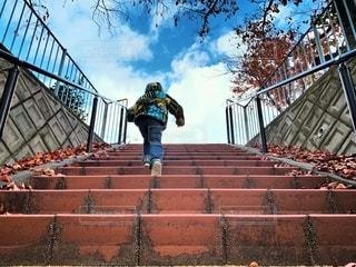 階段をのぼる子供の写真・画像素材[2739131]