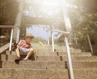 階段で休憩する子供の写真・画像素材[2739925]