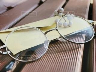 眼鏡と手紙の写真・画像素材[2763977]