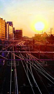風景,空,屋外,太陽,夕暮れ,線路,光,都会,高層ビル,夕陽,明るい