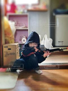子ども,家族,1人,ファッション,屋内,黒,人物,人,幼児,コーディネート,男の子,コーデ,4歳,銃,玩具,ブラック,ライフル,武器,冬コーデ,黒コーデ
