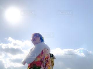女性,家族,1人,空,太陽,雲,晴れ,晴天,日光,少女,光,人,振袖,日中,晴れ舞台,振り袖