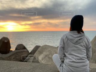 風景,海,空,太陽,ビーチ,後ろ姿,夕焼け,水面,人物,リラックス,人,休日,くもり