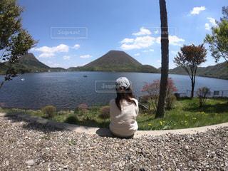 女性,風景,屋外,湖,後ろ姿,山,人物,背中,人,旅行,休日